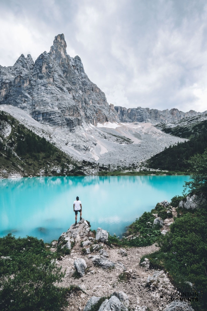 The lake as well as the towering dolomite walls in the background provide an exciting play of contrasts.