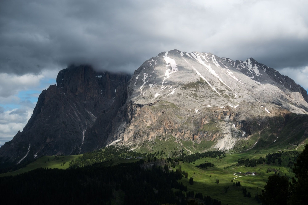 This circular hike lives from its 360° panoramic view of the Dolomites. To the north the Puez-Odle group, to the west the Schlern-Catinaccio (Rosengarten) massif, to the east the Sella towers and to the south the Pala group.