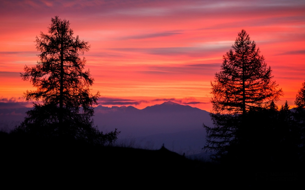 Our personal tip is located at the top of the ski slope at Prad di Tori. From there we watch - somewhat unexpectedly and with a little luck - the sunset and the famous, blood-red Dolomite glow on the Catinaccio group.