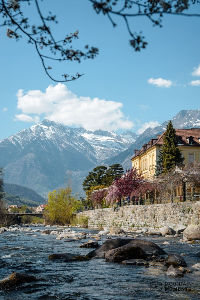 Those who hike as far as the vicinity of the Tirol Castle will also be rewarded with the view of the castle and the mountains behind it, as well as the vast Vinschgau Valley.